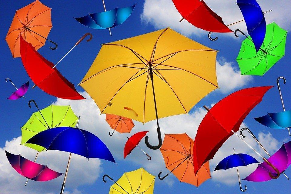 Tanti ombrelli aperti in cielo, di tanti colori diversi, rappresentano la nostra diversità e unicità
