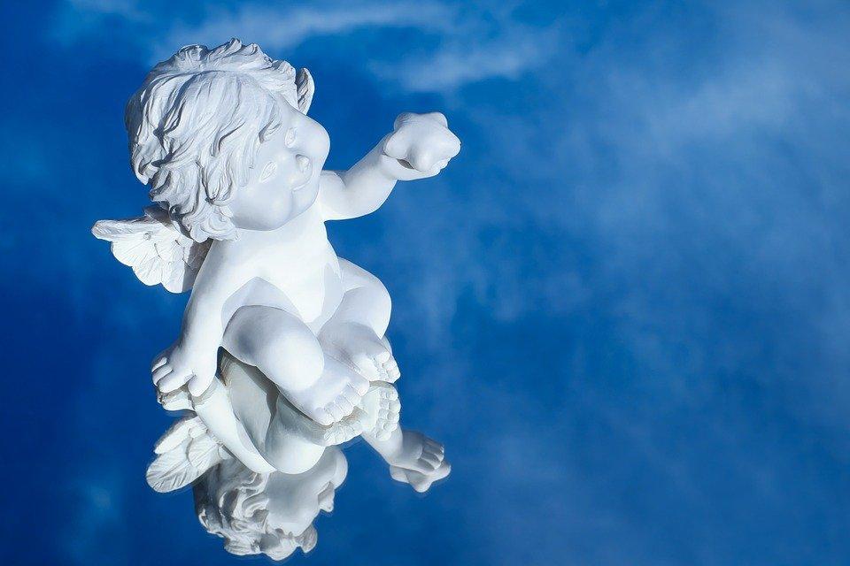 Un angelo bianco su sfondo blu profondo