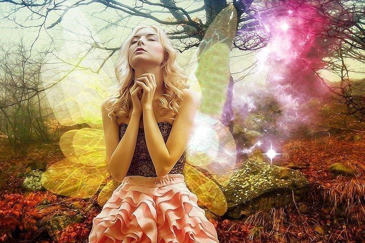 un angelo fata prega nel bosco