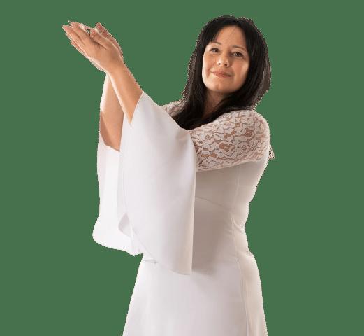 Nadia Angela vestita di bianco regge in mano piume bianche