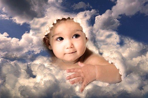 Viso di bimbo fra le nuvole e il cielo azzurro. Come dovrebbe essere educato secondo gli Angeli?