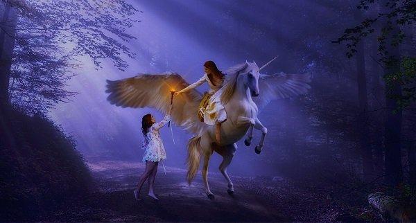 Foresta di notte, un angelo su cavallo bianco alato porge la torcia della consapevolezza a una giovane donna perchè veda il suo interno sentire